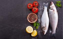 鲜鱼与成份的鲈鱼烹调的 免版税图库摄影