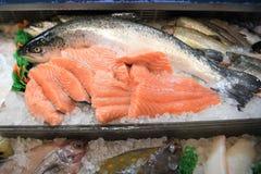 鲜鱼内圆角和一条整个三文鱼健康夏时食物的 库存照片