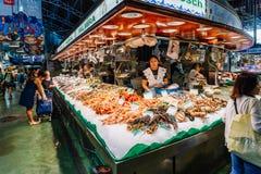 鲜鱼和海鲜待售在巴塞罗那市场上 免版税库存照片