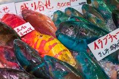鲜鱼在真纪子海鲜市场,那霸,冲绳岛,日本上 库存图片