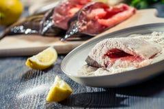鲜鱼浸洗在面粉和晒干用柠檬 免版税库存图片