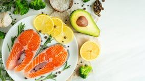 鲜鱼,与菜的鲑鱼排 平位置 顶视图,鲜美和健康食品 图库摄影