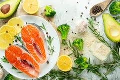 鲜鱼,与菜的鲑鱼排 平位置 顶视图,鲜美和健康食品 免版税库存照片