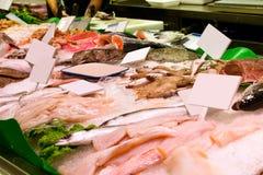 鲜鱼,海鲜,海纤巧在食物市场上 库存图片