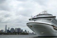 鲜绿色公主游轮在布鲁克林巡航终端靠了码头 库存图片