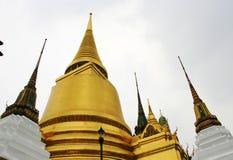 鲜绿色在战争phra keaw的金墙壁泰国样式 库存照片
