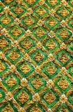 鲜绿色在战争phra keaw的金墙壁泰国样式 库存图片