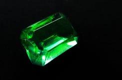 鲜绿色在黑背景的宝石水晶珍贵的珠宝 免版税库存图片