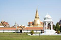 鲜绿色寺庙是地标曼谷省(泰国) 库存图片