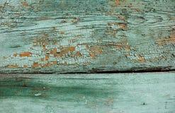 鲜绿色树荫上色了在木纹理的破裂的油漆削皮 免版税图库摄影