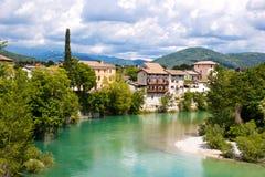 鲜绿色河河岸的欧洲镇  库存照片