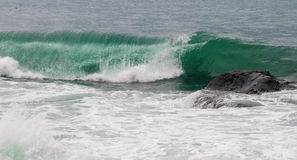 鲜绿色海波浪和岩石 免版税库存照片