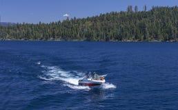 鲜绿色海湾划船 库存照片