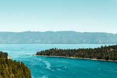 鲜绿色海湾和太浩湖 免版税库存图片