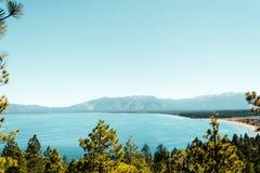 鲜绿色海湾和太浩湖 库存照片