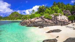 鲜绿色海滩塞舌尔群岛 库存图片