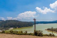 鲜绿色湖宽看法有美丽的天空的,发辫在背景中,乌塔卡蒙德,印度, 2016年8月19日 免版税库存照片