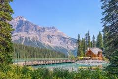 鲜绿色湖小屋-幽鹤国家公园- - BC加拿大 免版税图库摄影