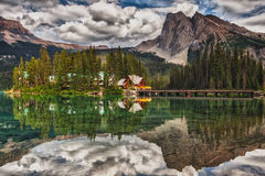 鲜绿色湖小屋 免版税图库摄影
