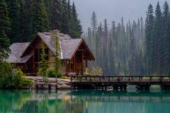 鲜绿色湖小屋 免版税库存照片