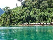 鲜绿色湖小屋 库存图片