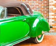 鲜绿色的门和防御者减速火箭的汽车 库存照片