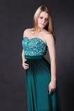 鲜绿色礼服的美丽的女孩 免版税库存图片