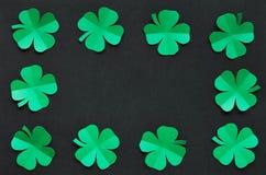 鲜绿色纸三叶草三叶草叶子毗邻框架 免版税图库摄影