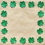 鲜绿色纸三叶草三叶草叶子缠绕边界 免版税库存图片