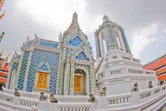 鲜绿色菩萨和盛大宫殿,曼谷的寺庙 库存图片
