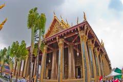 鲜绿色菩萨和盛大宫殿,曼谷的寺庙 免版税库存照片