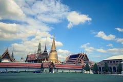 鲜绿色菩萨和蓝天曼谷,泰国的老曼谷玉佛寺寺庙 免版税库存照片