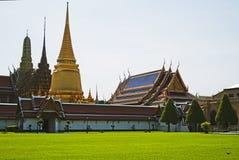鲜绿色菩萨寺庙在曼谷 免版税库存图片