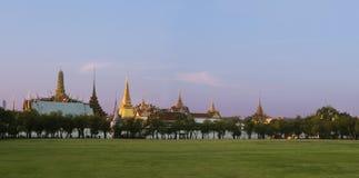 鲜绿色菩萨或wat phra kaew的寺庙 免版税库存照片