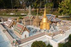 鲜绿色菩萨的皇家寺庙在微型泰国公园 库存图片