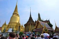 鲜绿色菩萨(曼谷玉佛寺)的寺庙的游人 免版税库存图片