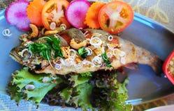 鲟鱼鱼油煎用大蒜和胡椒 库存照片