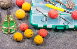 鲤鱼勾子Boilies和捕鱼设备-接近  库存图片