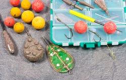 鲤鱼勾子Boilies和捕鱼设备-接近  免版税库存图片