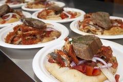 鲥鱼用面包、葱和蕃茄 免版税库存图片