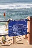 鲨鱼在海滩前的保护通知 免版税库存照片