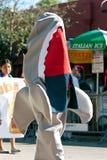鲨鱼服装的人在迈阿密的芒果高视阔步游行走 免版税库存照片