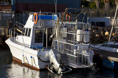鲨鱼笼子潜水小船 免版税库存照片