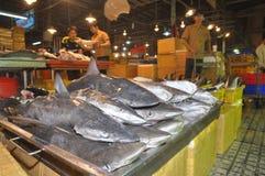 鲨鱼等待购买在Binh Dien批发夜海鲜市场,最大一个上在胡志明市,越南 库存照片