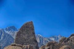 鲨鱼飞翅刃岭路线的登山人有惠特尼山脉的 免版税库存图片