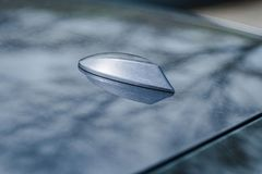 鲨鱼飞翅在现代汽车轿车的屋顶天线 免版税图库摄影