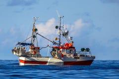 鲭鱼勾子线在蓝色海洋的捕鱼船 库存照片