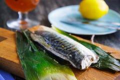 鲭鱼油煎了用在切板的一个韭葱 免版税库存图片