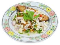 鲭鱼鱼顶部用切的在白色背景隔绝的青葱和辣椒 库存图片