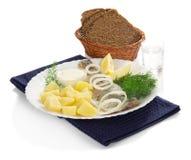 鲱鱼、伏特加酒土豆小玻璃和面包 免版税库存图片